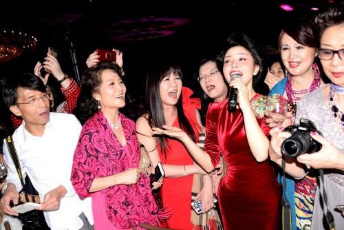 桐瑶在与观众互动中一起演唱。(《芝加哥华语论坛》报/张大卫 摄)