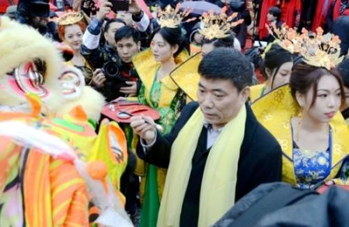 中国驻米兰总领馆总领事宋雪峰为龙狮点睛。(图片来源:欧联网)