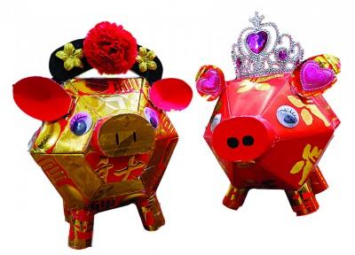 张汉云以红包制作的Q版小猪 (马来西亚光华网/翁逸华 摄)
