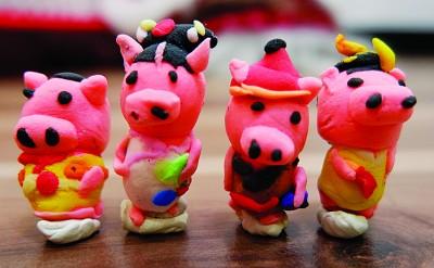拥有艺术天赋的儿子,也随着《延禧攻略》的潮流,制作出4只小猪。 (马来西亚光华网/翁逸华 摄)