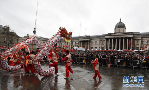 2月10日,在英国伦敦特拉法加广场,人们进行舞龙表演。 当日,特拉法加广场举行盛大春节庆典,庆祝中国农历新年。 新华社记者韩岩 摄