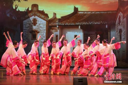 图为舞蹈《请茶》以歌舞形式生动展现潮汕文化传统,演员舞姿轻盈灵动,乐曲欢快俏皮。<a target='_blank' href='http://www.chinanews.com/'>中新社</a>记者 谢光磊 摄