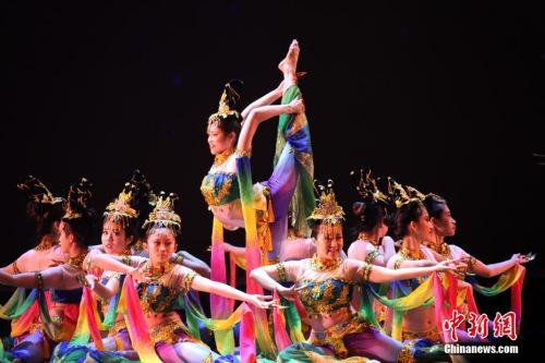 """当地时间2月10日,多伦多华星艺术团表演舞蹈《大敦煌》。当晚,由多伦多华星艺术团主办的2019""""四海同春·华星闪耀""""新春晚会在加拿大多伦多上演。<a target='_blank' href='http://www.chinanews.com/'>中新社</a>记者 余瑞冬 摄"""