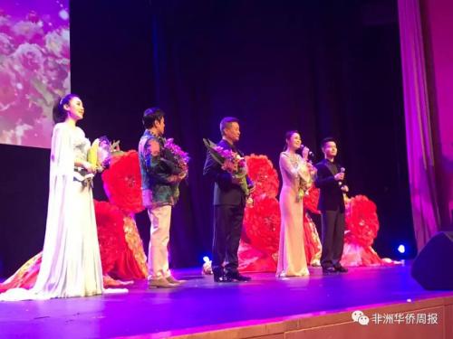 著名歌唱家阎维文与蔡国庆亮♂相晚会。(来源:非洲华侨周』报微信公号)