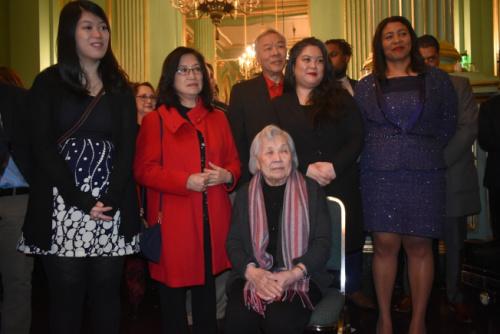旧金山现任市长布里德(右一)、李孟贤母亲陈雅贞(中)、夫人林进敏(左二)、女儿李应钰(右二)和李明慧(左一)等出席了影片放映前的招待会。(美国《世界日报》/黄少华 摄)