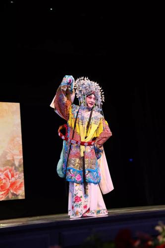 梅派第三代传人青衣男旦∮胡文阁出场,为晚会掀起了一个高潮。