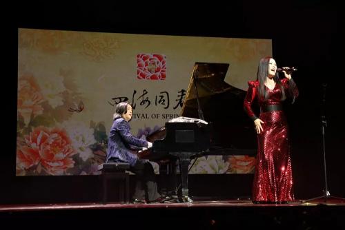郭蓉带来了《长江之歌》《红旗飘飘》等拿手曲内蒙古体育彩票十一选五目,演唱和小�I提琴演奏巧妙融合,使观众领略了创新的�中国音乐表演形式。