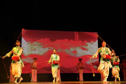 中国东方歌舞团献上了具有中国文化特色的舞�蹈《卯兔邀月》和《长穗花鼓》。