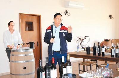 林昱在百力高酒庄部署扩大生产及基建改造工作。