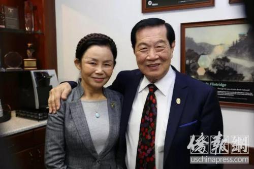 李昌钰和妻子蒋霞萍一起合影。侨报记者高睿摄