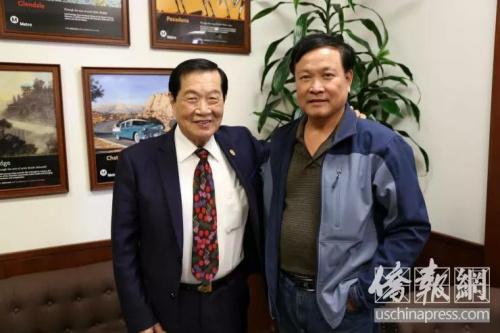 记者在采访时与李昌钰博士合影。侨报记者高睿摄