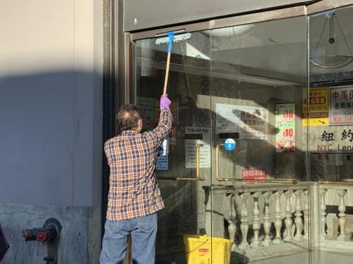 纽约法拉盛街头随处可见华裔银发族辛勤工作的身影。(美国《世界日报》╱赖蕙榆 摄)