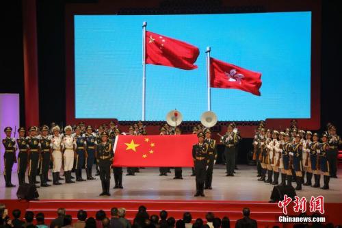 图为中国人民解放军驻港部队军乐队仪仗队进行奏唱国歌仪※式。中新∑社记者№ 谢光磊 摄