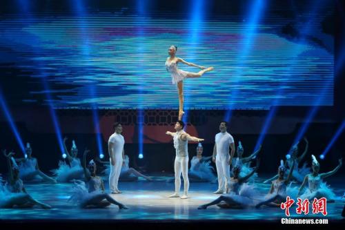 图为杂技《肩上芭蕾》,以独具东方魅力的杂技表演形式、舞台背景和中国风服装☆,对西♂方舞蹈芭蕾进行另类诠释。中新社记者 谢光磊 摄