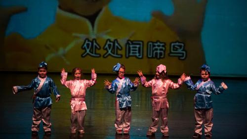 孔子课堂学生吟唱《春晓》