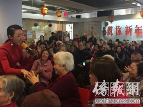 老人家们与艺术家热烈互动。(美国《侨报》/林菁 摄)