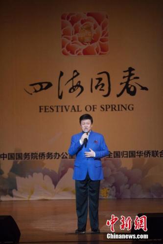 图为中国男高音歌唱家吕继宏为观众献唱歌曲《咱老百姓》。<a target='_blank' href='http://www.chinanews.com/'>中新社</a>记者 马德林 摄