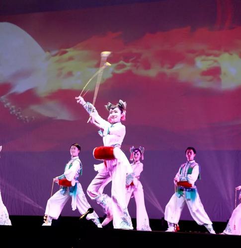 舞蹈《长穗花鼓》。