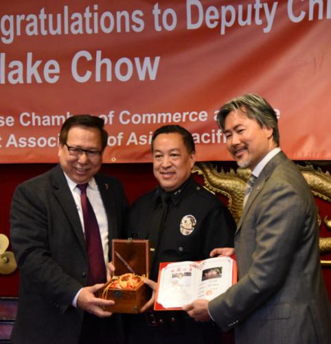 (左起)罗省中华总商会主席庄佩源、即将上任的洛市副警局局长周宝来和罗省中华总商会新任理事陈嘉汶。庄佩源提供