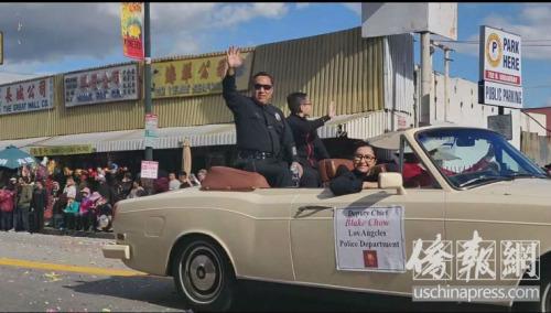 候任洛市警局副局长周宝来(Blake Chow)参加2019年金龙大游行。侨报记者李青蔚摄