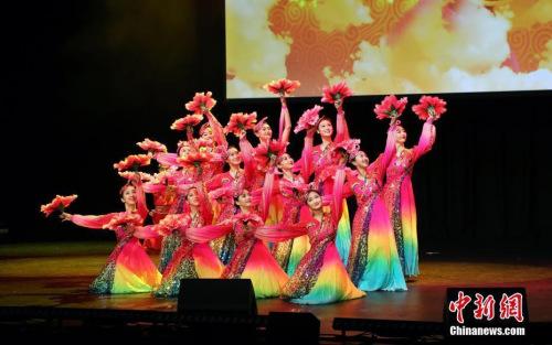 """资料图:2019年2月16日晚,""""四海同春""""慰侨演出,在悉尼国际会议中心举行,为当地华侨华人和民众送来新春祝福。图为歌舞《盛世欢歌》。中新社发 姜长庚 摄"""