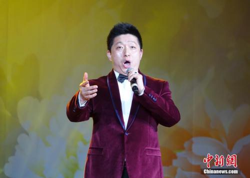 图为男高音歌唱家田彦演唱《在那遥远的地方》。<a target='_blank' href='http://www.chinanews.com/'>中新社</a>记者 周欣嫒 摄