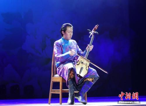 图为中央民族歌舞团青年马头琴演奏家张铎表演《万马奔腾》。<a target='_blank' href='http://www.chinanews.com/'>中新社</a>记者 周欣嫒 摄