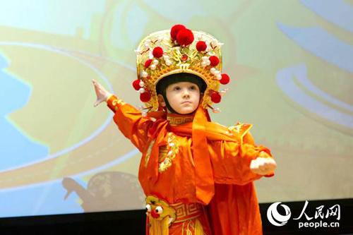 在活动现场,李澳利身着戏服为观众展示了一段川剧变脸。