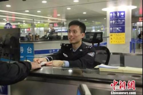 上海边检部门为旅客提供高效优质的通关服务。 芊烨 摄