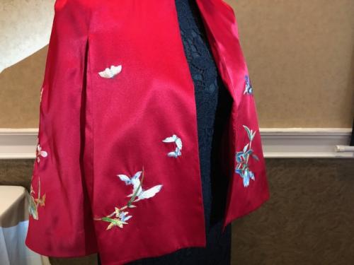 将中国传统的苏绣和西方面料结合的斗篷。(美国《世界日报》/张宏 摄)