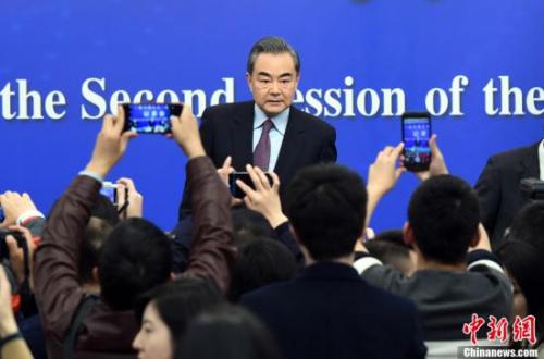 """3月8日,十三届全国人大二次会议新闻中心举行记者会,邀请国务委员兼外交部长王毅就""""中国外交政策和对外关系""""相关问题回答中外记者提问。<a target='_blank' href='http://www.chinanews.com/'>中新社</a>记者 侯宇 摄"""
