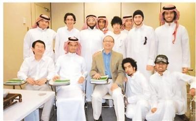 wns151.c0m语言大学教师曾到沙特国王大学给该校中文专业学生讲授茶艺。图为教师与学生们合影。(新华网)