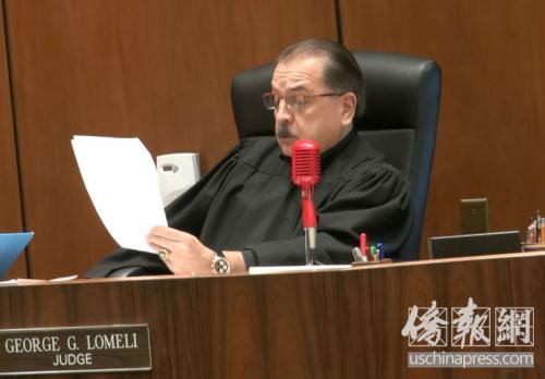 法官向被告宣读判决书。(美国《侨报》 高睿摄)