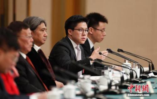 图为中国香港体育协会暨奥林匹克委员会副会长、霍英东集团副总裁霍启刚委员(右二)答记者问。<a target='_blank' href='http://www.chinanews.com/'>中新社</a>记者 杜洋 摄