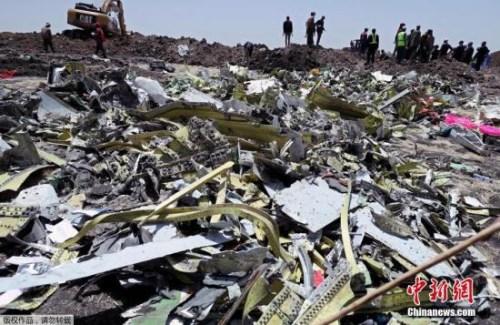 """埃塞俄比亚航空公司(以下简称""""埃航"""")失事航班ET302救援工作11日进入第二天。埃航官方当天宣布,失事客机的两个黑匣子均已找到,接下来他们将就事故原因展开调查。"""