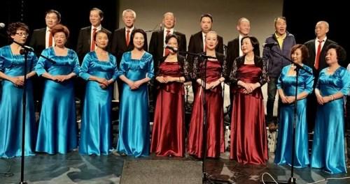 法国华侨华人会合唱团精彩亮相吸引了法国观众。(欧洲时报记者 孔帆摄)