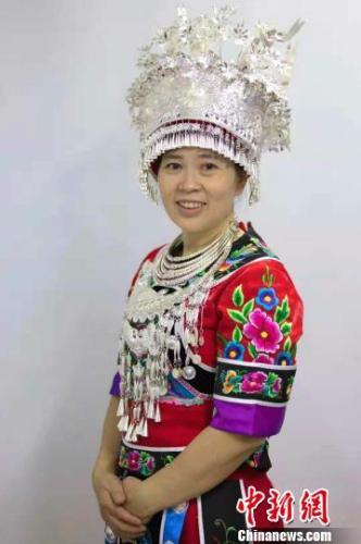 图为全国人大代表、重庆市荣玉民族服装厂苗家刺绣技术员李绍玉。受访者供图