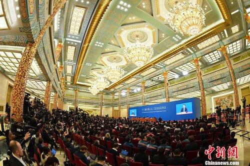 3月15日,十三届全国人大二次会议闭幕后,中国国务院总理李克强在北京人民大会堂金色大厅会见采访十三届全国人大二次会议的中外记者并回答记者提出的问题。<a target='_blank' href='http://www.chinanews.com/'>中新社</a>记者 侯宇 摄