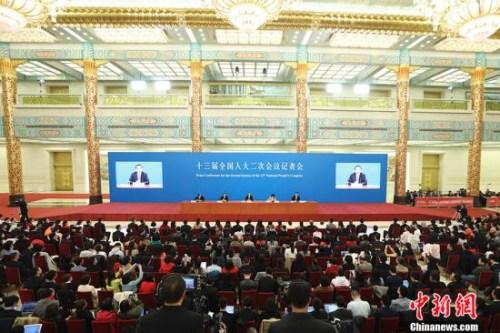 3月15日,十三届全国人大二次会议闭幕后,中国国务院总理李克强在北京人民大会堂金色大厅会见采访十三届全国人大二次会议的中外记者并回答记者提出的问题。<a target='_blank' href='http://www.chinanews.com/'>中新社</a>记者 盛佳鹏 摄