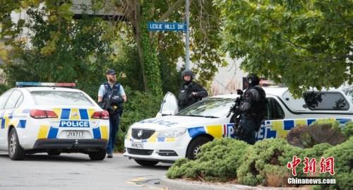 当地时间15日下午,有枪手在新西兰克赖斯特彻奇市市中心海格力公园附近清真寺制造枪击事件,造成数十人伤亡。 新西兰信报 摄影记者 朱其平 摄