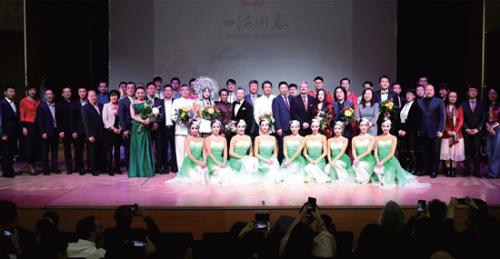 张越总领事(后排中)出席四海同春慰侨演出并与演员和嘉宾合影。(《欧洲时报》/胡旭东 摄)