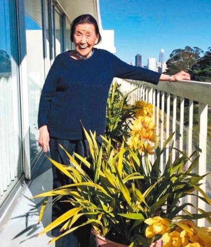 江孙芸即将迎来100岁的虚岁生日,忙里偷闲的她喜欢种花。(美国《世界日报》记者李晗 摄)