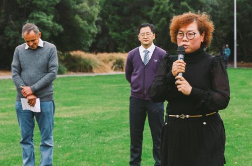 华裔代表张宏寰用中文祈福