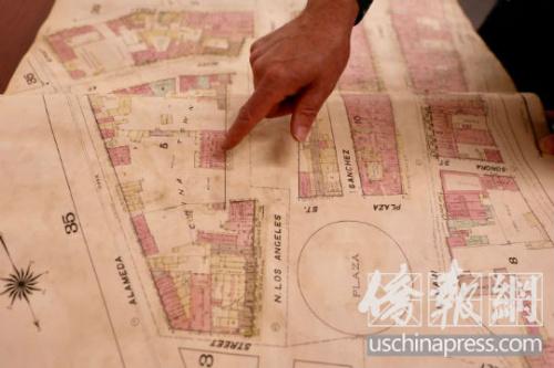 一份历史资料上显示的老中国城的商业地图。(美国《侨报》/邱晨 摄)