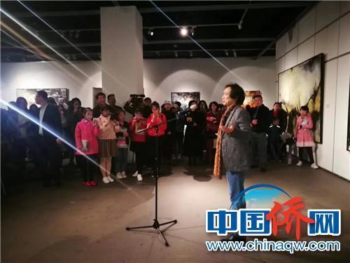法籍华人画家叶星千在开幕式上讲话。