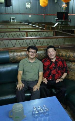 年近古稀的郑春明(右)不忍割弃与熟客建立的感情,坚持经营酒厅,他感念业主好友郑朝源(左)多年不涨租,支持他继续这门传统生意。(新加坡《联合早报》/梁麒麟 摄)