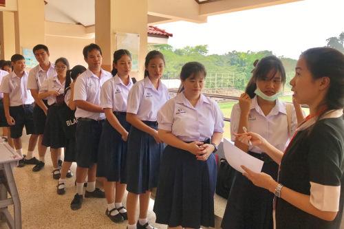 丽缇雅婉娜莱中学监考老师核对考生信息