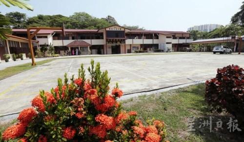 学校无盖篮球场预计在今年走入历史,迎来更舒适的有盖篮球场,免去学生在烈日下打球的(马来西亚《星洲日报》/丁祖兴)