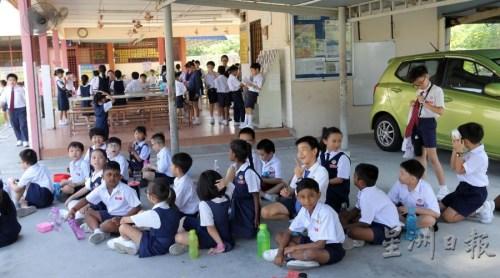 各族学生席地而坐,融洽共处,欢度学校小休时间。(马来西亚《星洲日报》/丁祖兴)