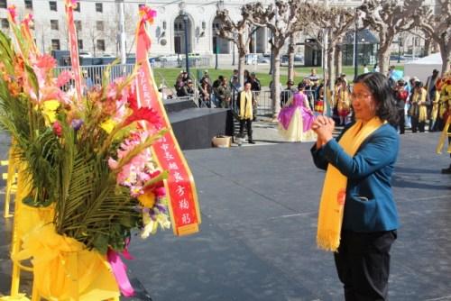 库比蒂诺副市长赵良方献花圈拜祖。(记者李晗 / 摄影)